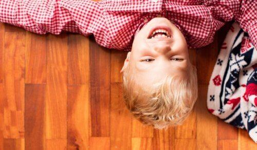 Att skratta åt sig själv – så lär du dina barn denna konst