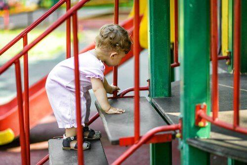 bebis klättrar