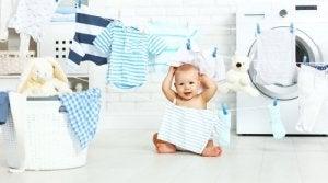 Bebis leker med tvätt