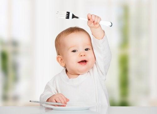 Bebis med gaffel.