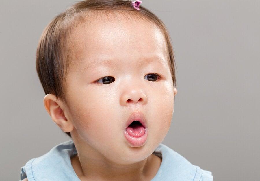 Vad gör man om bebisen sätter i halsen?