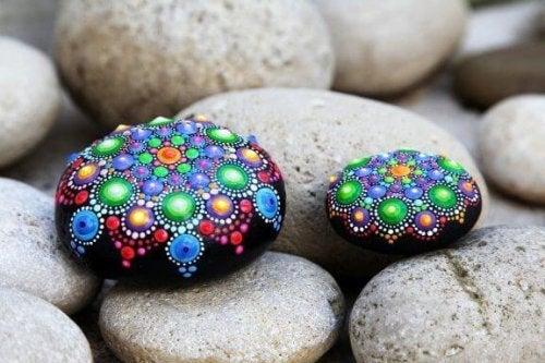 Dekorativa stenar: enkelt, vackert hantverk