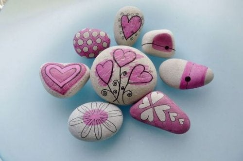 Handmålade stenar.