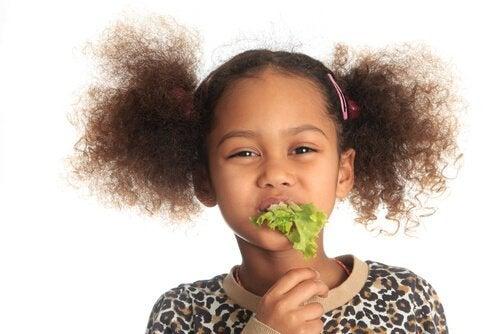 flicka äter sallad