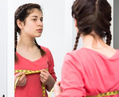 Flicka som mäter omkrets.