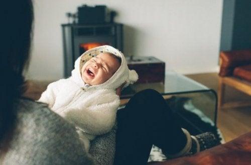 Anledningar till att bebisen gråter på kvällen