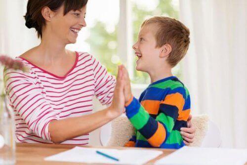 mamma och pojke med autism