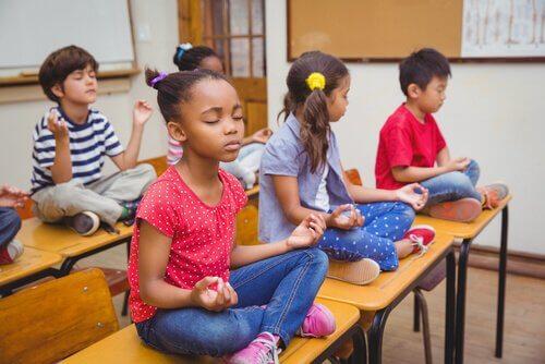Meditation i klassrummet kan förbättra elevernas koncentrationsförmåga.