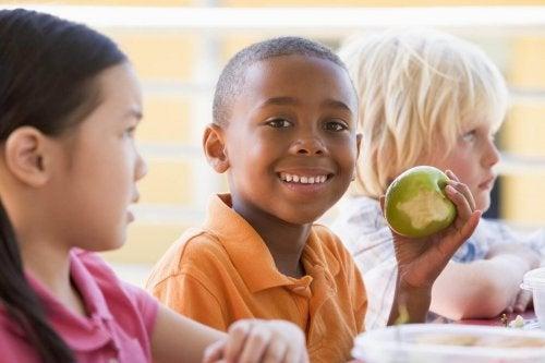 Barn som äter äpple.