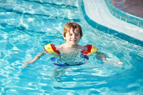 Pojke simmar