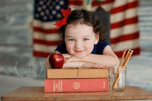 Ett barn med sina böcker.
