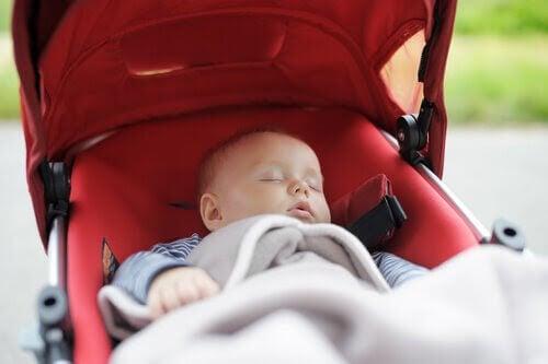 Bebis sover i barnvagn
