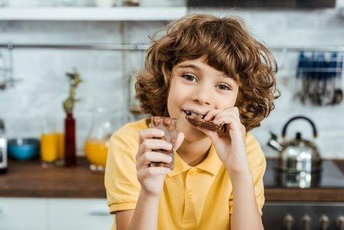 Barn äter choklad
