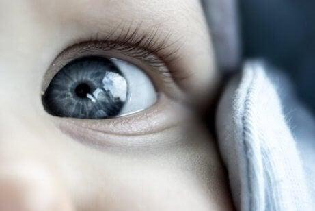 föds alla med blå ögon