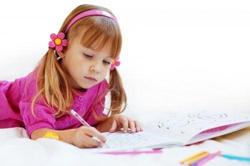 Flicka med grekiska namn skriver