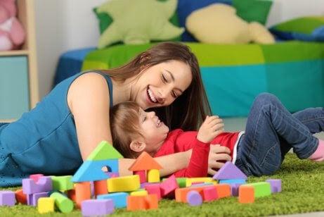 gudmor och gudbarn leker med klossar
