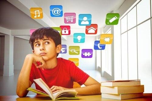 Pojke vid skolböcker med bilder svävande runt honom