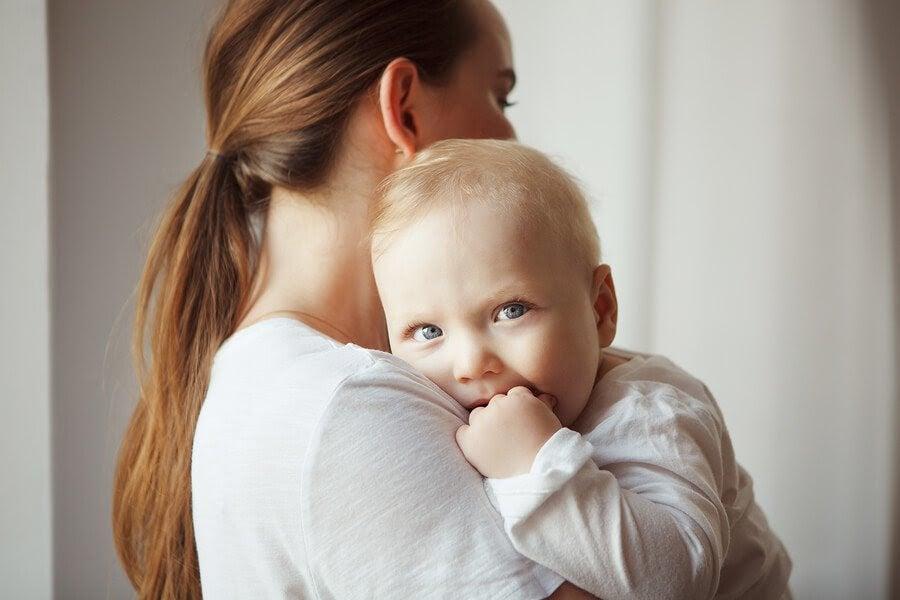 Kvinna håller spädbarn