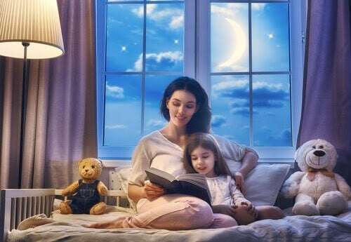 Mamma läser godnattsaga för barn