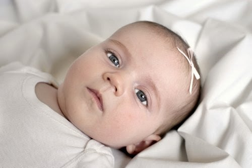 Bebis tittar in i kameran