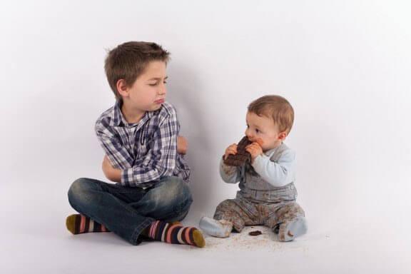 Undvika svartsjuka när ett syskon anländer