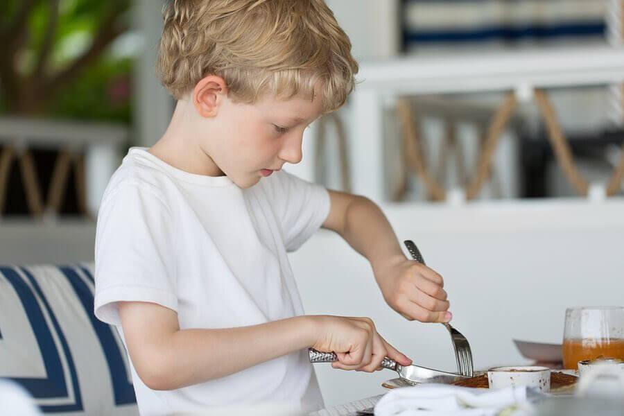 9 asturiska pojknamn: pojke som äter med kniv och gaffel