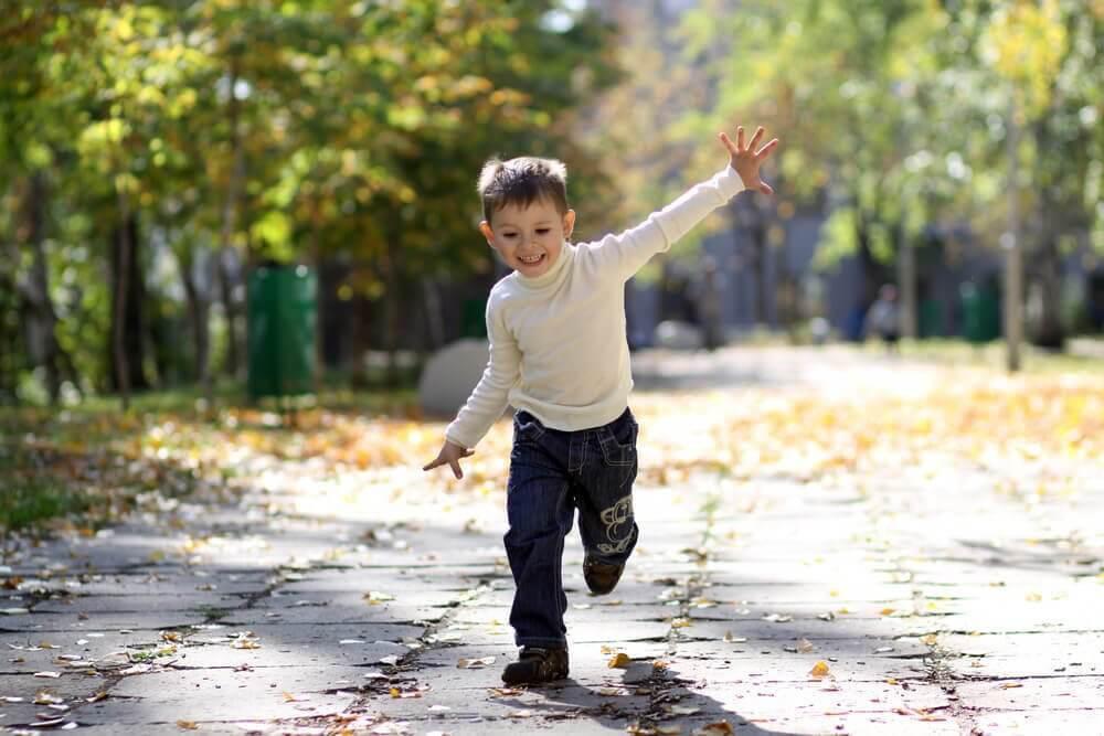 pojke springer i solskenet