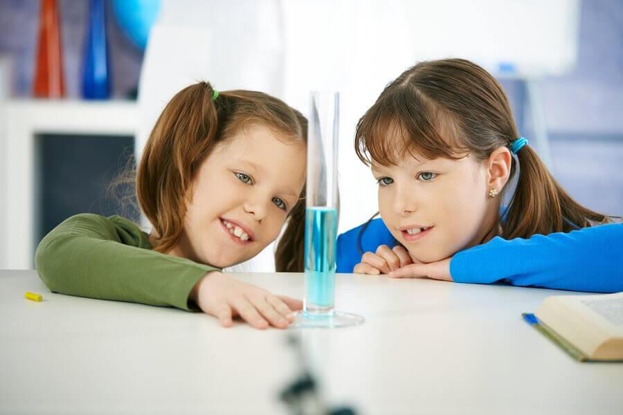 Två barn utför experiment med vatten