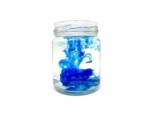 Experiment med vatten och blå färg