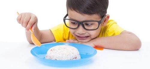 Pojke tittar skeptiskt på sin mat