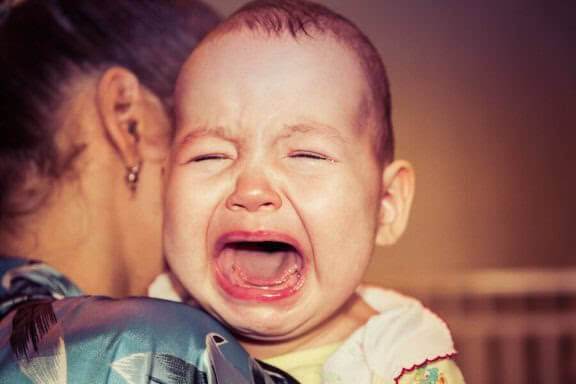 Varför vaknar min bebis alltid gråtande?
