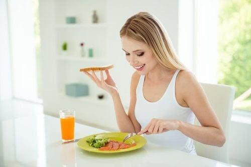 kvinna äter mat