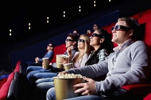 Människor i biosalong med 3D-glasögon