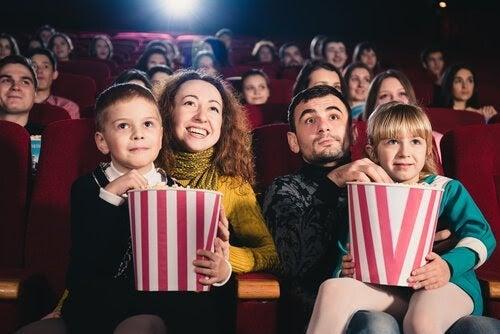 Familj i biosalong med popcorn