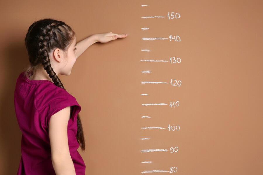 flicka mäter sig