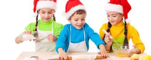 barn med tomteluvor bakar