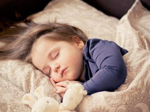 barn sover med gosedjur