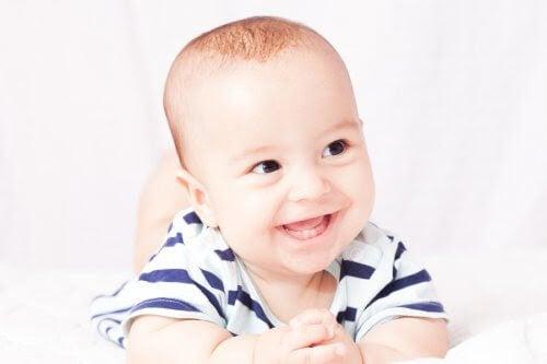 Glad bebis med mjölktänder