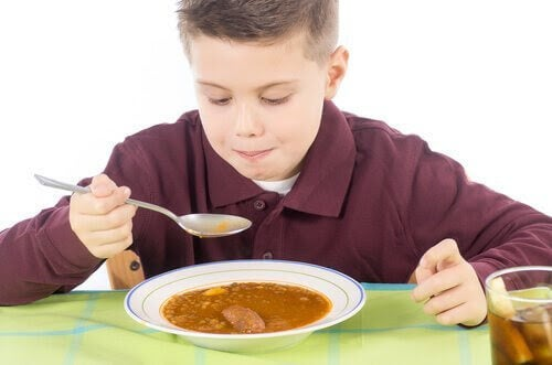 Pojke äter soppa