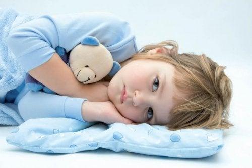 Varför barn kissar i sängen och vad man kan göra åt det