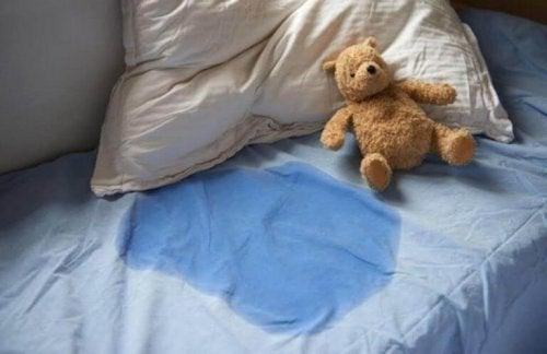 En säng där ett barn har kissat.