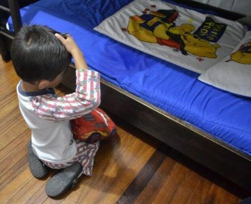 En pojke som har kissat i sängen.