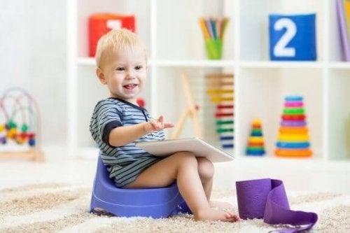 Ett barn sitter på pottan.
