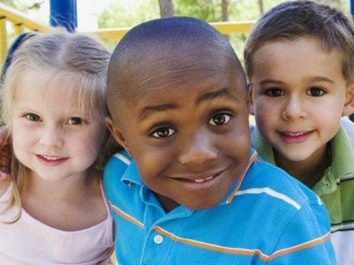 Några barn med olika hudfärg.