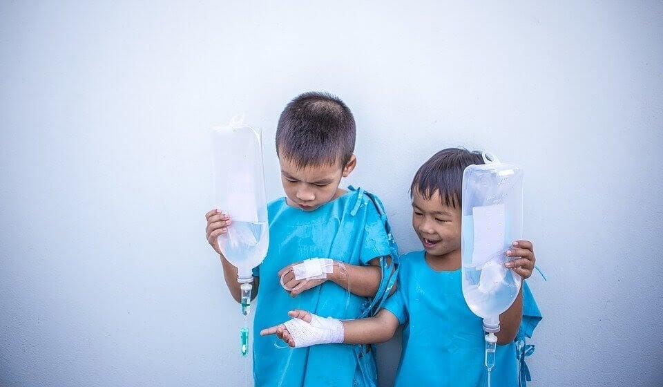 två barn får medicinsk behandling