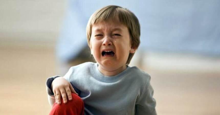 pojke gråter