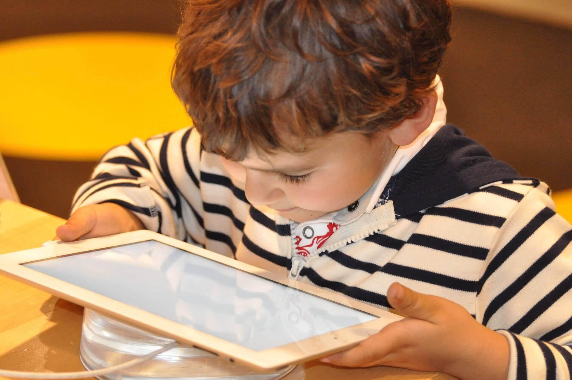 pojke med läsplatta