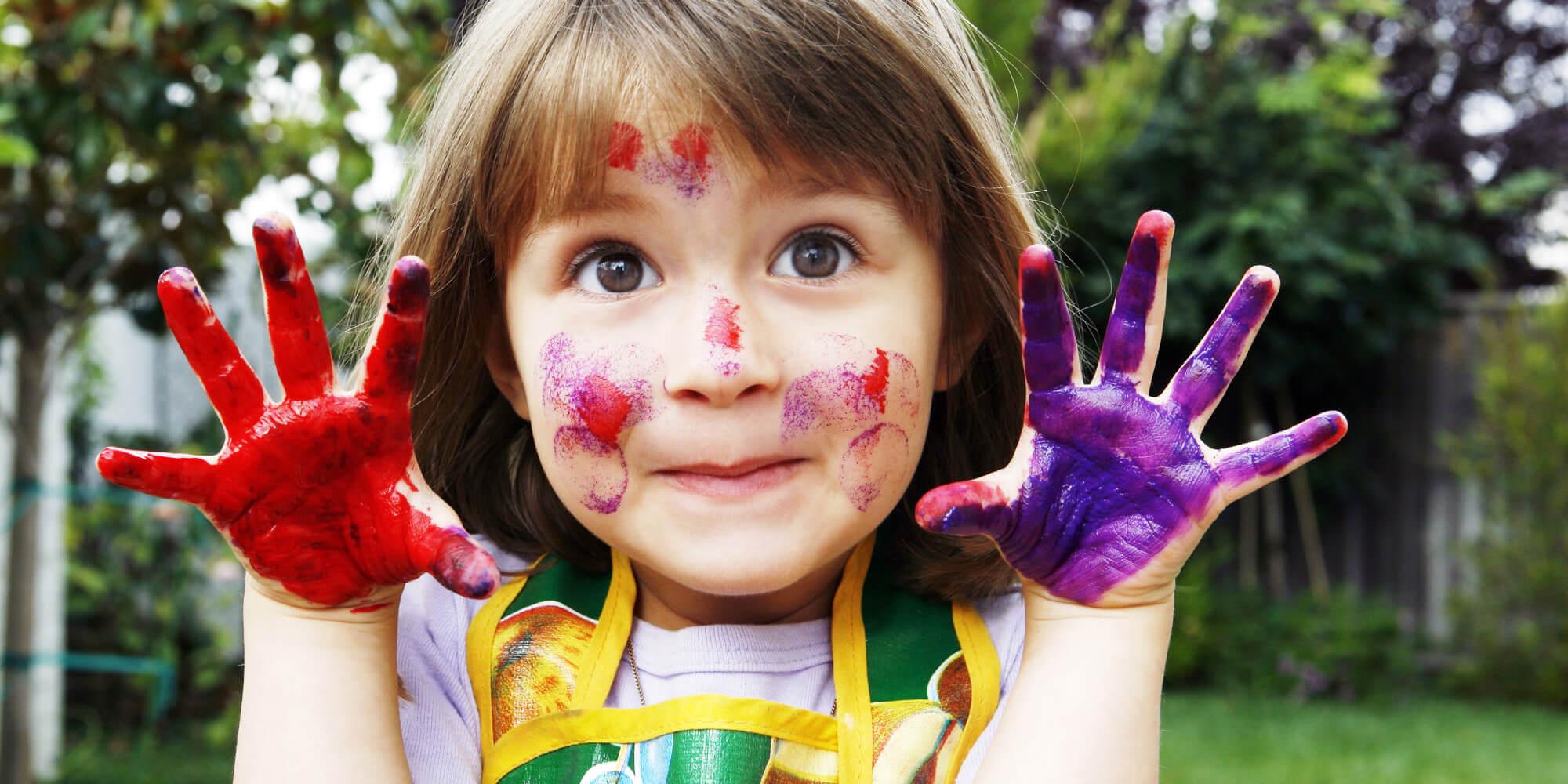 flicka med händer målade i färger