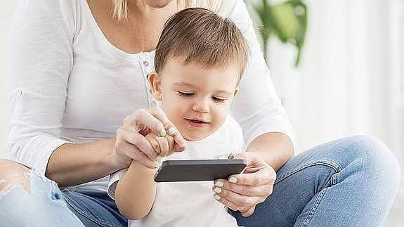 Bebis och mamma leker med iPad