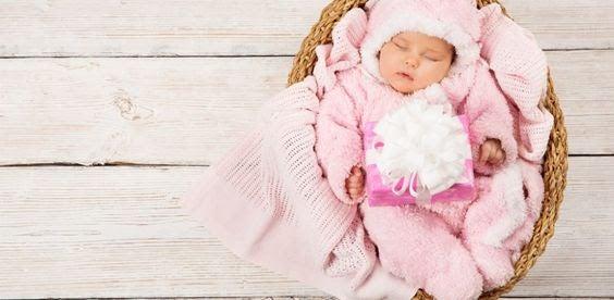Vinterklädd bebis i korg